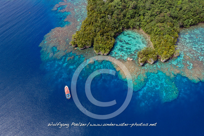 Luftaufnahme von Tawali mit Boot, Tawali, Papua Neu Guinea, Solomonensee / Aerial View of Tawali with Boat, Papua New Guinea, Solomon Sea