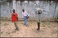 Mozambico, distretto di Gilè. Trasporto della lavagna tra una classe ed un'altra. Maestro