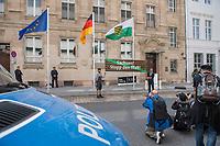 """Bei einer Mahnwache mit Kundgebung unter dem Motto """"Sachsen! Stop den Mob!"""" am Freitag den 31. August 2018 vor der Saechsischen Landesvertretung in Berlin-Mitte protestierten mehrere hundert Menschen gegen die rechtsextremen Ausschreitungen in Chemnitz und die Untaetigkeit der saechsischen Landesregierung.<br /> Die Teilnehmer gedachten der Opfer von Gewalt in Sachsen. Die Vorgaenge in Chemnitz und zuvor in Hoyerswerda, Freital, Heidenau, Bautzen oder Dresden ist fuer sie ein fortgesetztes eklatantes Staatsversagen. Sie forderten die Landesregierung auf, """"endlich mit aller Haerte den Rechtsstaat in Sachsen wiederherzustellen, alle Menschen aller Hautfarben, Religionen, geschlechtlichen Identitaeten und sexuellen Orientierungen und ihre Institutionen in Sachsen gegen Gewalt zu schuetzen und gegen Rechtsradikalismus, Rassismus und Fremdenhass mit aller Entschiedenheit vorzugehen"""".<br /> Im Bild: Zwei Maenner stehen als Mahnwache vor der Saechsischen Landesvetretung.<br /> 31.8.2018, Berlin<br /> Copyright: Christian-Ditsch.de<br /> [Inhaltsveraendernde Manipulation des Fotos nur nach ausdruecklicher Genehmigung des Fotografen. Vereinbarungen ueber Abtretung von Persoenlichkeitsrechten/Model Release der abgebildeten Person/Personen liegen nicht vor. NO MODEL RELEASE! Nur fuer Redaktionelle Zwecke. Don't publish without copyright Christian-Ditsch.de, Veroeffentlichung nur mit Fotografennennung, sowie gegen Honorar, MwSt. und Beleg. Konto: I N G - D i B a, IBAN DE58500105175400192269, BIC INGDDEFFXXX, Kontakt: post@christian-ditsch.de<br /> Bei der Bearbeitung der Dateiinformationen darf die Urheberkennzeichnung in den EXIF- und  IPTC-Daten nicht entfernt werden, diese sind in digitalen Medien nach §95c UrhG rechtlich geschuetzt. Der Urhebervermerk wird gemaess §13 UrhG verlangt.]"""