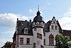Rathaus (19. Jh.) von Sprendlingen mit Wappen und Treppenturm