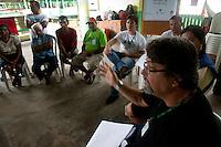 Jorge Domingues da Conab discute com moradores em vila São João Batista, no igarapé do Macaco, local do III Encontrão.<br /> <br /> Com a criação da Convenção sobre Diversidade Biológica - CDB -  tratado da Organização das Nações Unidas,  e a ratificação do protocolo de Nagoia em  2010,   se inicia um processo de organização para os  Povos e Comunidades Tradicionais em  busca de maior  qualidade de vida não apenas na Amazônia, mas em todo  mundo. <br /> <br /> Assim, em dezembro de 2013 a Rede Grupo de Trabalho Amazônico – GTA, em parceria com a Regional GTA/Amapá, o Conselho Comunitário do Bailique, Colônia de Pescadores Z-5, IEF, CGEN/DPG/SBF/MMA, juntamente com 36 comunidades do Arquipélago do Bailique, inicia o processo de criação do primeiro protocolo comunitário na Amazônia, instrumento que regula relações comerciais amparado por leis ambientais, estabelecendo o mercado justo, proteção da biodversidade,  entre outros . <br /> <br /> Desta forma, após dezenas de encontros, debates e oficinas,  as Comunidades Tradicionais do Bailique, articuladas pelo GTA,  se reuniram durante os dias 26, 27 e 28 de fevereiro, onde os moradores, em assembléia geral ordinária, definiram sua personalidade jurídica   criando uma associação para atuação comercial, votando seu estatuto e estabelecendo os diversos grupos de trabalho necessários para a gestão do Protocolo Comunitário.<br /> <br /> O encontro na comunidade São João Batista no furo do macaco(igarapé que dá acesso a vila), foz do Amazonas, recebeu cerca de 100 lideranças de 28 comunidades  nestes dias , que chegavam de barcos e canoas acompanhados por suas famílias<br /> <br /> Durante o debate,  representantes  do Ministério do Meio Ambiente, Ministério Público Federal, Fundação Getúlio Vargas, Embrapa e Conab esclareciam dúvidas e indicavam caminhos para fortalecer o primeiro protocolo comunitário na Amazônia.<br /> Arquipélago do Bailique, Vila São João Batista, Macapá, Amapá, Brasil.<br /> Foto Paulo Santos<br /> 28/0