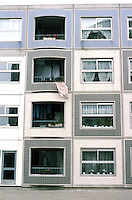 Rotterdam: De Peperklip--4 story height of most of structure. Low-income housing. Photo '87.