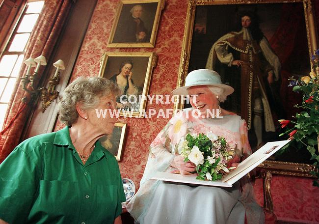 De Steeg,14-07-99  Foto:Koos Groenewold <br />Louise Van Everdingen(r) met de eigenaresse van het kasteel waar het boek gepresenteerd werd.