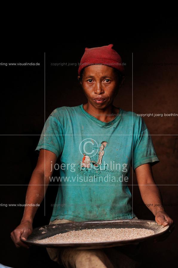 MADAGASCAR Morarano , woman separate rice from chaff in village / MADAGASKAR Dorf Morarano , Frau trennt Reiskorn von der Spreu