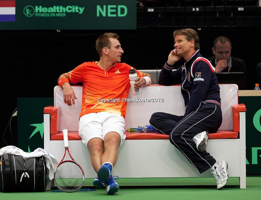 12-02-12, Netherlands,Tennis, Den Bosch, Daviscup Netherlands-Finland, Thiemo de Bakker  op de bank met captain Jan Siemerink