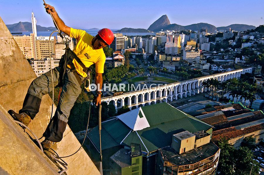 Trabalho de manutenção e limpeza de prédio. Rio de Janeiro. 2005. Foto de Renata Mello.