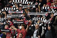 Eintracht Fans schwoeren ihre Mannschaft ein - Frankfurt 16.09.2021: Eintracht Frankfurt vs. Fenerbahce Istanbul, Deutsche Bank Park, 1. Spieltag UEFA Europa League
