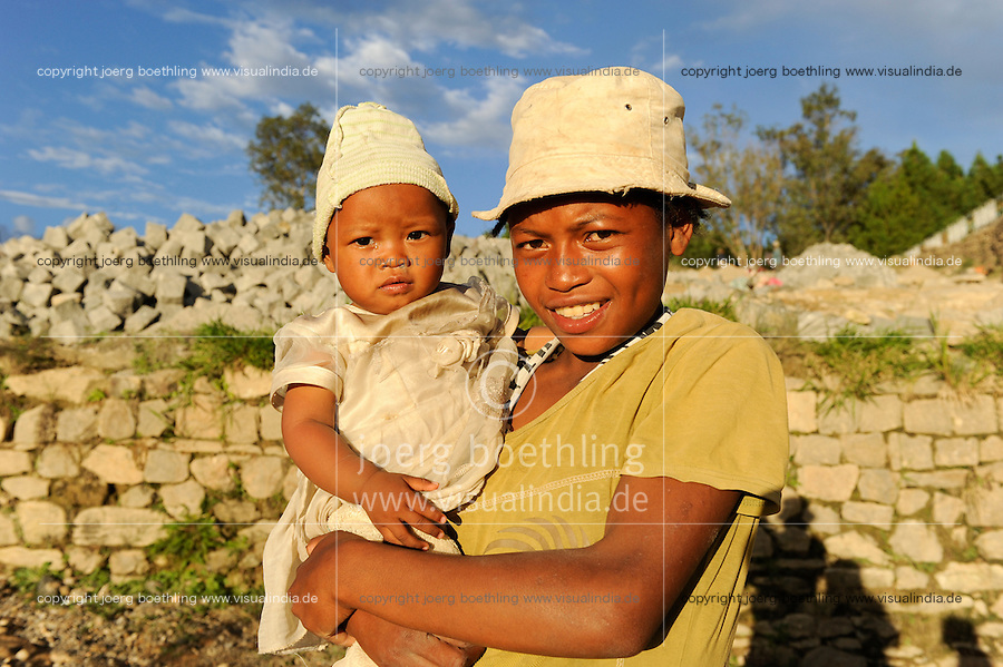 """MADAGASCAR Antananarivo, catholic priest Per Pedro Opeka has build Akamasoa a social community project with housing schemes, health units and schools for the poorest of Tana, woman with child  / MADAGASKAR Pater Pedro Opeka hat die Gemeinde Akamasoa , auf madagassisch """"gute Freunde"""" , mit Muellsammlern, Bettlern und Sozialschwachen auf einem Huegel bei Antananarivo erbaut, Teil des Projektes sind Hausbau, Schulen, Krankenhaeuser und Beschaeftigung, Frau mit Kind"""