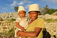 "MADAGASCAR Antananarivo, catholic priest Per Pedro Opeka has build Akamasoa a social community project with housing schemes, health units and schools for the poorest of Tana, woman with child  / MADAGASKAR Pater Pedro Opeka hat die Gemeinde Akamasoa , auf madagassisch ""gute Freunde"" , mit Muellsammlern, Bettlern und Sozialschwachen auf einem Huegel bei Antananarivo erbaut, Teil des Projektes sind Hausbau, Schulen, Krankenhaeuser und Beschaeftigung, Frau mit Kind"