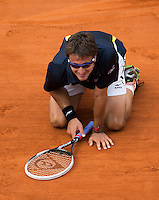 02-06-13, Tennis, France, Paris, Roland Garros,  Tommy Robredo Kneels down on the clay after defeating Almagro in five sets being two sets down.
