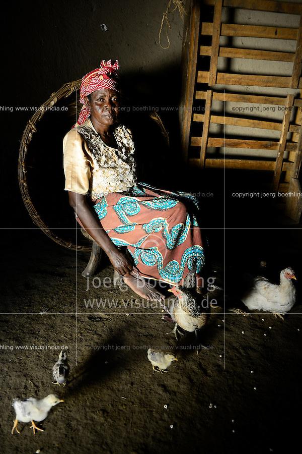 TANZANIA Region Mara, Musoma, village Borenga, Kuria tribe, women breed chicken for income generation / TANSANIA Region Mara, Musoma, Dorf Borenga, Kuria Ethnie, Frauen halten Huehner zur Einkommensfoerderung, Frau Sahrah Bochoke