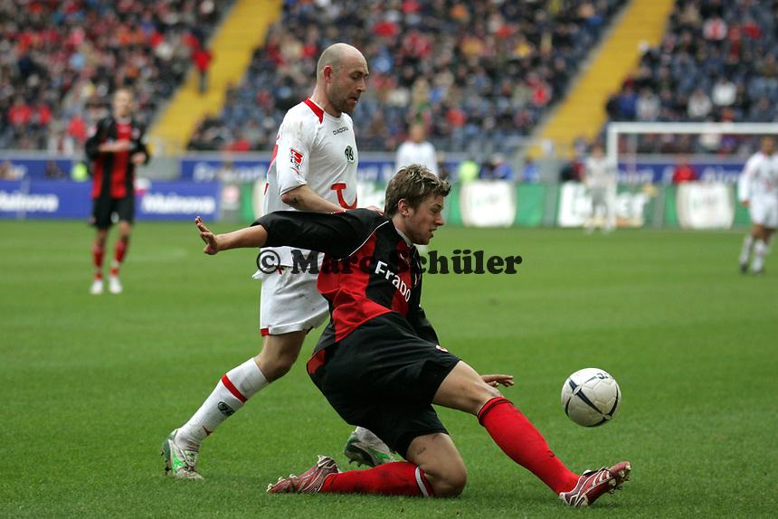 Marco Russ (Eintracht Frankfurt) kl‰rt vor Jiri Stajner (Hannover 96)