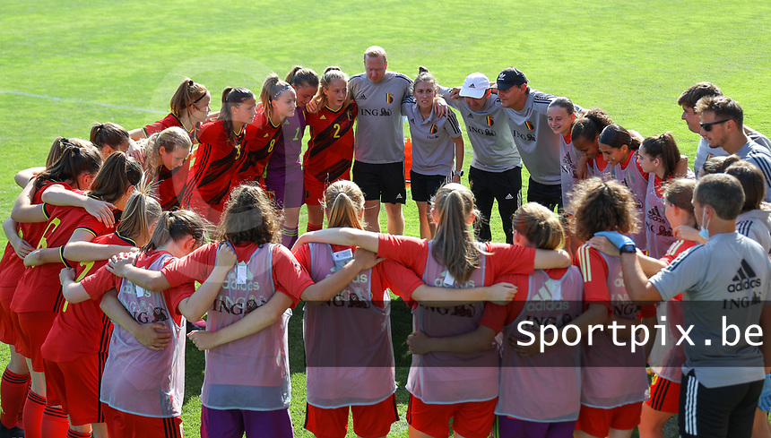 Belgian players and the staff pictured at the huddle before an international friendly female soccer game between the national teams of Belgium , called the Red Flames U17 and the Netherlands on Wednesday 8th of September 2020  in Kalmthout , Belgium . PHOTO SPORTPIX.BE   SPP   SEVIL OKTEM