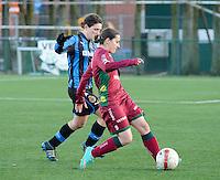 Dames Zulte Waregem - Club Brugge : Tiffany Monsauret aan de bal voor Jasmine Vanysacker.foto Joke Vuylsteke / Vrouwenteam.be