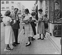 The Netherlands Antilles did not lag behind the collection for the Disaster Fund. The collection in Curaçao was a great success and banknotes of 100 guilders in the buses were no rarity. The collectors in action in Willemstad on Curaçao. Date: February 9, 1953 Location: Curacao, Netherlands