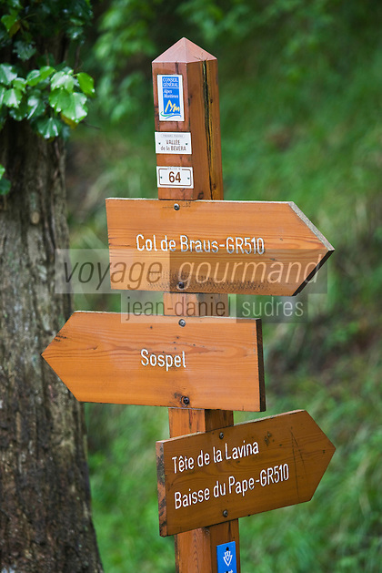 Europe/France/Provence-Alpes-Côtes d'Azur/06/Alpes-Maritimes/Alpes-Maritimes/Arrière Pays Niçois/ env de Sospel:  Panneaux de sentiers de randonnée GR dans la forêt  communale de Sospel aux environs du Col de Braus
