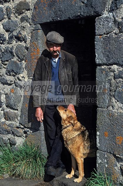Europe/France/Auvergne/12/Aveyron: Aubrac - Buronnier et son chien au buron des canuts [Non destiné à un usage publicitaire - Not intended for an advertising use] <br /> PHOTO D'ARCHIVES // ARCHIVAL IMAGES<br /> FRANCE 1980