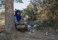 donna. somala con velo seduta a fianco di un albero accampamento di migranti a Subotiza, nei pressi della vecchia fabbrica  camp for migrants in Subotiza , near the old factory