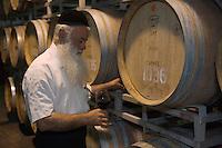 """Asie/Israël/Galilée/Zichron Yaacov: le gardien religieux des caves de l'établissement viticole """"Carmel Mizrachi"""", Moshavim, fondé en 1882 par le Baron Edmond de Rotschild"""