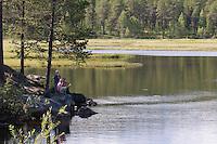 Mutter mit ihren Kindern an einem See in Schweden, Idylle, Outdoor