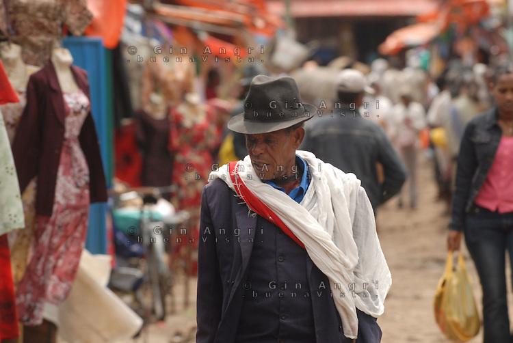 Addis Abeba, anziano al mercato Shola Market.old man at Shola Market