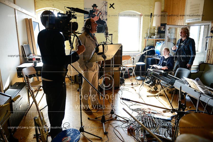 """Hamburg, Eisenhans Band """"Bitte Laecheln"""", ein integratives Bandprojekt von Thalia und Leben mit Behinderung e.V. , Studioaufnahmen fuer eine CD im Rahmen einer Foerderung der Aktion Mensch, Gastmusiker Guildo Horn"""
