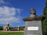 Park mit Denkmal bei Kloster Samtavro in Mzcheta, Georgien, Europa, UNESCO-Weltkulturerbe<br /> park with monument and monastery Samtawro in  Mzcheta,  Georgia, Europe, Heritage site