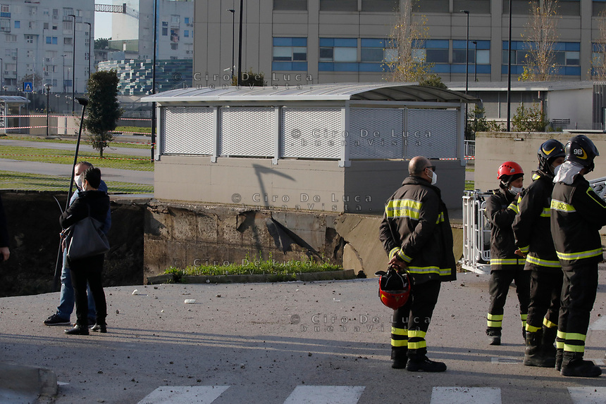 Una voragine di vaste proporzion i si è aperta a seguito di un implosione nel parchecchio dell'Ospedale del Mare che ospita un Covid Center ed un Covid Residence
