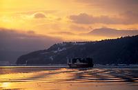 Amérique/Amérique du Nord/Canada/Quebec/Ile-aux-Coudres : Lumière du soir sur le Saint-Laurent et le bac ,traversier