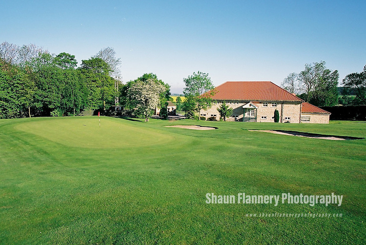 Pix: Shaun Flannery/shaunflanneryphotography.com...COPYRIGHT PICTURE>>SHAUN FLANNERY>01302-570814>>07778315553>>..18th May 2004..............Hickleton Golf Club, Lidgett Lane, Hickleton, Doncaster, DN5 7BE..Golf Course - 18th fairway, green, clubhouse