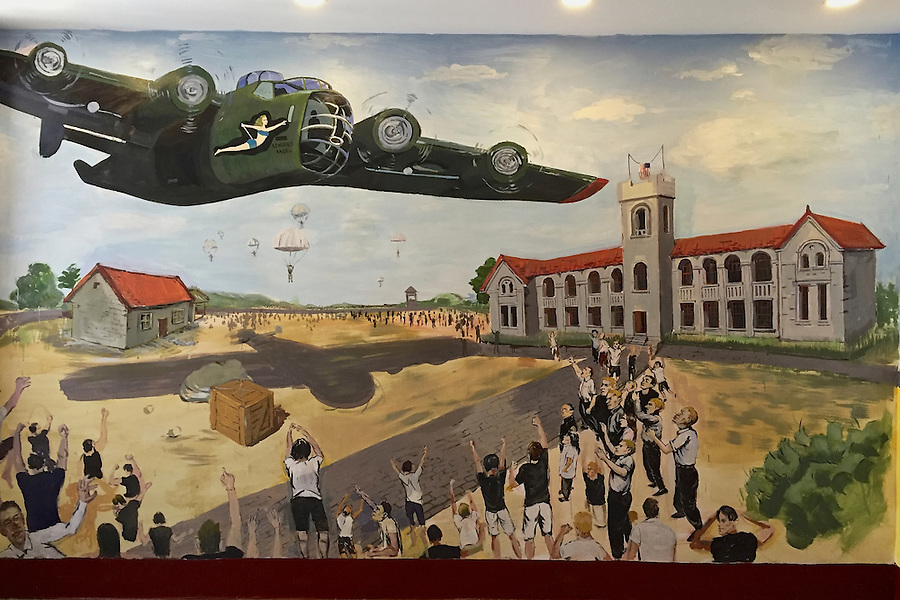 Mural of the first relief flight on 17 August 1945.