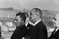 Vice President Lyndon Johnson in the Netherlands upon arrival. Lyndon Johnson and Prime Minister Marijnen while playing the national anthem,  November 5, 1963<br /> <br /> Photographer Pot, Harry / Anefo