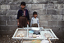 Irak 1992<br /> Petits vendeurs des rues à Halabja<br /> Iraq 1992<br /> Children selling in the street of Halabja