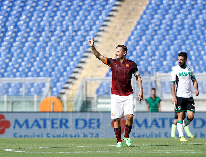 Calcio, Serie A: Roma vs Sassuolo. Roma, stadio Olimpico, 20 settembre 2015.<br /> Roma's Francesco Totti celebrates after scoring during the Italian Serie A football match between Roma and Sassuolo at Rome's Olympic stadium, 20 September 2015.<br /> UPDATE IMAGES PRESS/Isabella Bonotto