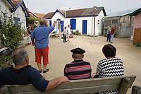 Europe/France/Aquitaine/33/Gironde/Bassin d'Arcachon/L'Herbe; les cabanons du village ostréicole - partie de boules