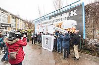 """Start einer Unterschriftensammlung der Initiative """"Berlin Werbefrei"""" fuer weniger Werbung in Berlin am Dienstag den 16. Januar 2018 am Moritzplatz in Berlin-Kreuzberg.<br /> Die Initiative will mit ihrer Unterschriftensammlung erreichen, dass es weniger kommerzielle Werbung im Berliner Stadtbild gibt. Vorbilder sind dabei das franzoesische Grenoble oder die Millionenmetropole Sao Paolo in Brasilien. Dort ist Werbung fast vollstaendig aus dem oeffentlichen Raum verbannt. In Grenoble wurden als Ersatz fuer die Werbetafeln Baeume gepflanzt.<br /> """"Werbung vermittle nicht nur fuer Kindern fragwuerdige Leitbilder"""", auch """"die Gestaltung des oeffentlichen Raumes ist wesentlicher Aspekt einer lebenswerten Stadt und duerfe nicht profitorientierten Firmen ueberlassen werden"""" so die Initiative. Ziel der Gesetzesinitiative ist deshalb, die Aussenwerbung im oeffentlichen Raum deutlich zu reduzieren.<br /> Die Initiative benoetigt in der ersten Etappe 20.000 Unterschriften, um das Verfahren zum Volksentscheid einzuleiten. Sollte der Volksentscheid erfolreich sein, koennte das von der Initiative ausgearbeitete Gesetz 2019 im Abgeordnetenhaus zur Abstimmung vorgelegt werden.<br /> Berlin Werbefrei ist ein Projekt von Changing Cities e.V.<br /> 16.1.2018, Berlin<br /> Copyright: Christian-Ditsch.de<br /> [Inhaltsveraendernde Manipulation des Fotos nur nach ausdruecklicher Genehmigung des Fotografen. Vereinbarungen ueber Abtretung von Persoenlichkeitsrechten/Model Release der abgebildeten Person/Personen liegen nicht vor. NO MODEL RELEASE! Nur fuer Redaktionelle Zwecke. Don't publish without copyright Christian-Ditsch.de, Veroeffentlichung nur mit Fotografennennung, sowie gegen Honorar, MwSt. und Beleg. Konto: I N G - D i B a, IBAN DE58500105175400192269, BIC INGDDEFFXXX, Kontakt: post@christian-ditsch.de<br /> Bei der Bearbeitung der Dateiinformationen darf die Urheberkennzeichnung in den EXIF- und  IPTC-Daten nicht entfernt werden, diese sind in digitalen Medien nach §95c UrhG rech"""