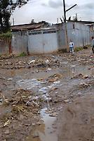 ethiopia, addis abeba, una strada di fango della città. A mud road