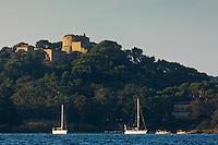 Europe/Provence-Alpes-Côte d'Azur/83/Var/Iles d'Hyères/Ile de Porquerolles: Voiliers et le fort Sainte-Agathe du XVIe siècle