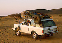 - northern Sudan, four wheels drive vehicle  travelling in the desert of Nubia....- Sudan settentrionale, veicolo fuoristrada in viaggio nel deserto di Nubia