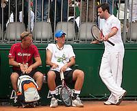 22-05-11, Tennis, France, Paris, Roland Garros, Thiemo de Bakker rust even uit tijdens de training zondag met Andy Murray, naast hem Daviscup captain Jan Siemerink en zijn tijdelijke coach Raemon Sluiter(R)
