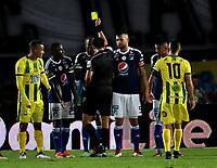 BOGOTA - COLOMBIA - 01 – 04 - 2018: Edwin Ferney Trujillo (Cent.), arbitro, muestra tarjeta amarilla a Jair Palacios (3 Izq.) jugador de Millonarios, durante partido de la fecha 12 entre Millonarios y Atletico Bucaramanga, por la Liga Aguila I 2018, jugado en el estadio Nemesio Camacho El Campin de la ciudad de Bogota. / Edwin Ferney Trujillo (C), referee, shows yellow card to Jair Palacios (3 L), player of Millonarios during a match of the 12th date between Millonarios and Atletico Bucaramanga, for the Liga Aguila I 2018 played at the Nemesio Camacho El Campin Stadium in Bogota city, Photo: VizzorImage / Luis Ramirez / Staff.