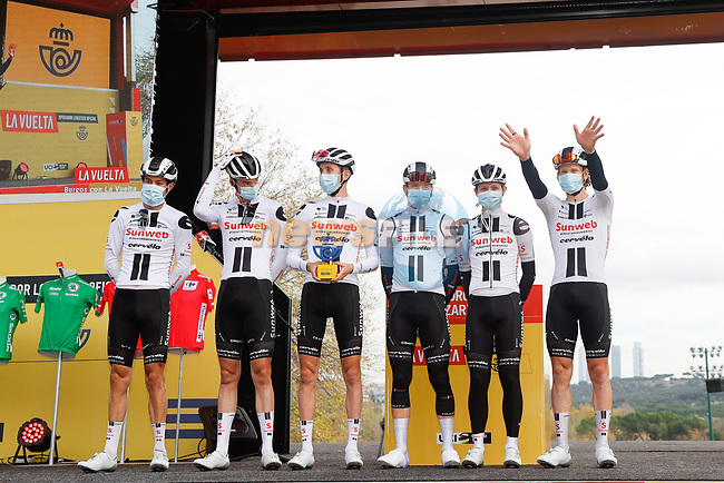 Team Sunweb leading team of yesterday's stage at sign on before the start of Stage 18 of the Vuelta Espana 2020, running 139.6km from Hipódromo de La Zarzuela to Madrid, Spain. 8th November 2020. <br /> Picture: Luis Angel Gomez/PhotoSportGomez   Cyclefile<br /> <br /> All photos usage must carry mandatory copyright credit (© Cyclefile   Luis Angel Gomez/PhotoSportGomez)
