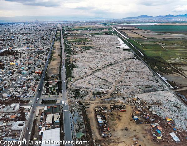 aerial photograph of the Mexico City garbage dump in Nezahualoyotl in former Lake Texcoco basin | fotografía aérea del vertedero de basura de la Ciudad de México en Nezahualoyotl en la antigua cuenca del lago Texcoco