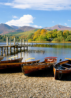 Great Britain, England, Cumbria (Lake District), near Keswick: Rowing Boats on Derwentwater in autumn | Grossbritannien, England, Cumbria (Lake District), bei Keswick: Ruderboote am See Derwentwater