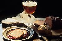 Europe/Belgique/Flandre/Province d'Anvers/Anvers : Détail d'un verre de bière, pain, terrine et brioche
