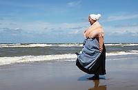 Nederland Katwijk 2016. Een dagje naar het strand. Noordzee Zomerfestival. Nationaal Klederdracht Festival. Vrouw in klederdracht uit Scheveningen. Foto Berlinda van Dam / Hollandse Hoogte
