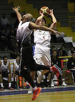 BOGOTA -COLOMBIA, 3 -OCTUBRE-2014. Gianluca Bacci Vitola  (Der) de Guerreros disputa el balon con Carlos<br />  Cedeno Romero  (Izq) de Piratas  durante partido por   La Liga  Directv de Baloncesto 2014-II , ultima fecha de la primera fase   jugado en el coliseo El Salitre . / Gianluca Bacci Vitola  (R) of Guerreros dispute the ball with Carlos<br />  Cedeno Romero ( L  of Piratas during the game on Liga Directv of basquetball 2014-II, last date of the first phase played at the Coliseum El Salitre.Photo:VizzorImage / Felipe Caicedo / Staff