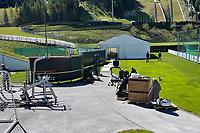 Fitnesszelt wird mit Geräten eingerichtet - Seefeld 26.05.2021: Trainingslager der Deutschen Nationalmannschaft zur EM-Vorbereitung
