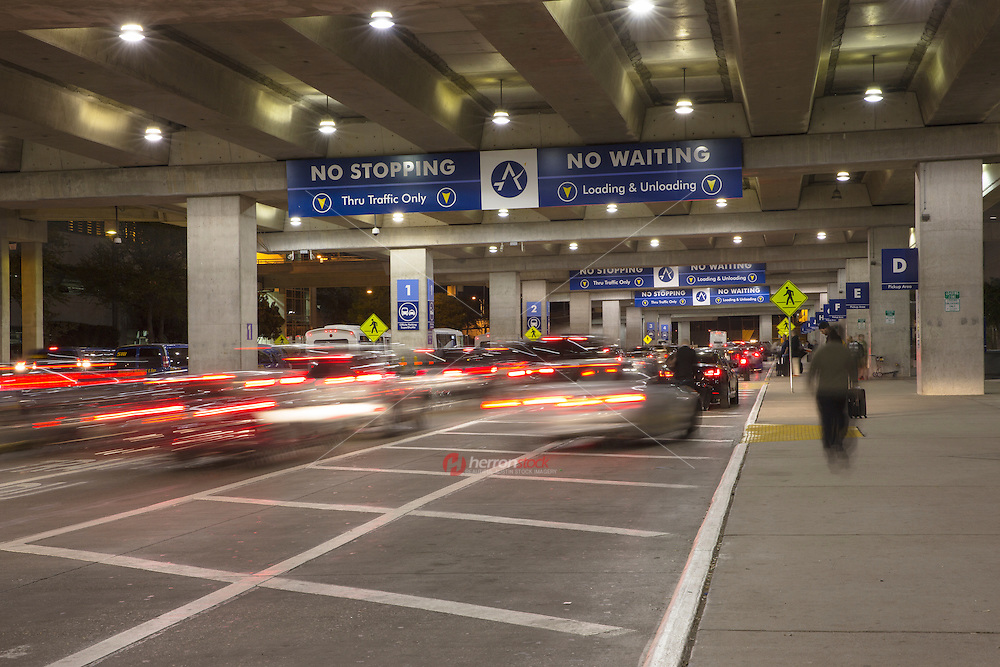 Busy night at the Austin airport picking up and dropping off passengers - Stock Image.
