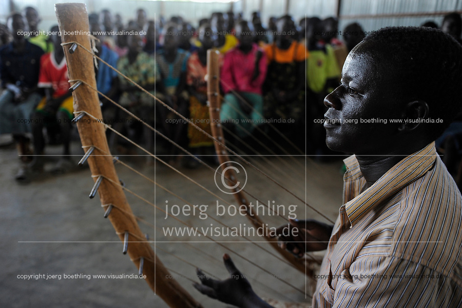 KENYA, Turkana Region, refugee camp Kakuma, mass in church of Don Bosco  / KENIA Fluechtlingslager Kakuma in der Turkana Region , Messe in Kirche von Don Bosco